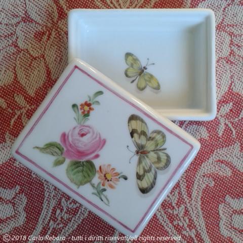 Roselline e farfalle, piccoli dipinti a terzo fuoco, 2016