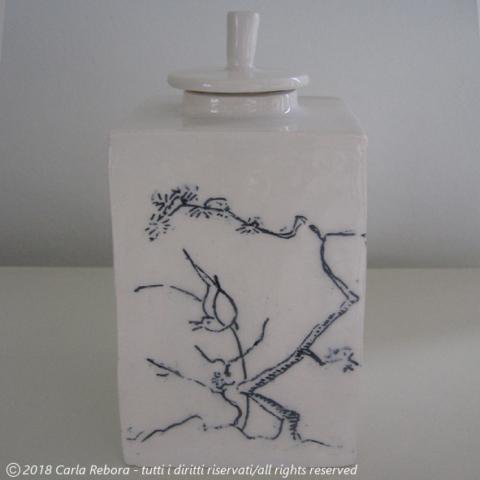 Scatola da tè con motivo kakiemon dei Tre Amici, ceramica formata da lastra, decorazione a tecnica mishima, 2014